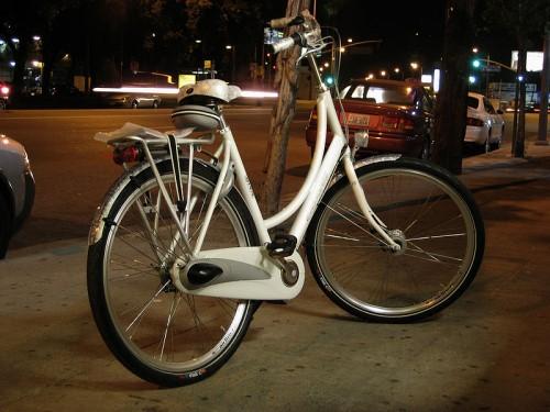 Городской велосипед Круизер с высоким рулем и большим сиденьем