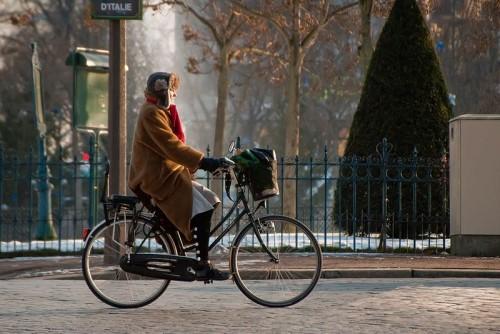 Городской велосипед с корзиной для вещей и сиденьем для ребенка