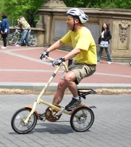 Катание на складном велосипеде по городу