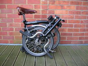 Складной велосипед, сложенный в трое