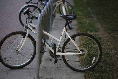 Женский спортивный велосипед со скошенной верхней трубой