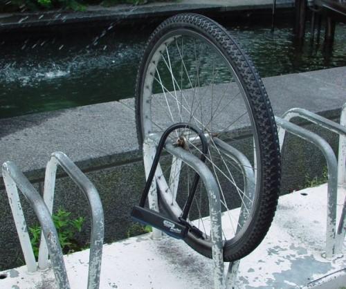 Как закрепить велосипедное колесо U-образным замков