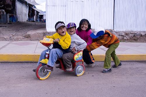 Дети на трехколесном велосипеде