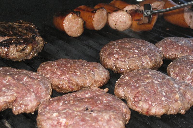 Барбекю из свежего мяса и колбасок