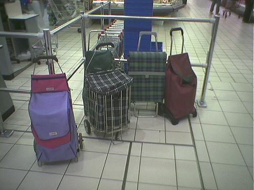 Вещи, оставленные при входе в торговый зал